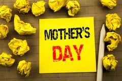 Texte d'écriture montrant la fête des mères Concept d'affaires pour la célébration de salutations de maman écrite sur le papier d Photo libre de droits
