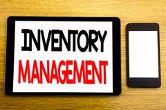 Texte d'écriture montrant la gestion des stocks Concept d'affaires pour l'approvisionnement courant écrit sur l'ordinateur portab photo stock
