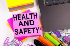 Texte d'écriture montrant la santé et sécurité faite dans le bureau avec des environs tels que l'ordinateur portable, marqueur, s Image libre de droits