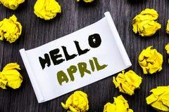 Texte d'écriture montrant le bonjour avril Concept d'affaires pour l'accueil de ressort écrit sur le CCB en bois de note de bloc- Image libre de droits