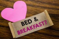 Texte d'écriture montrant le concept d'affaires de petit déjeuner de lit pour le voyage de voyage de vacances écrit sur le papier Image stock