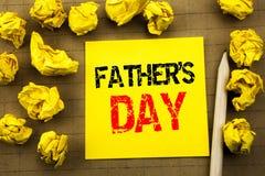 Texte d'écriture montrant le jour du père s Concept d'affaires pour l'événement de célébration de papa écrit sur le papier de not Image libre de droits
