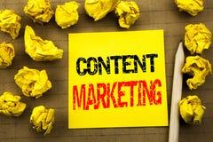 Texte d'écriture montrant le marketing satisfait Concept d'affaires pour le plan de media en ligne écrit sur le papier de note co Photos libres de droits
