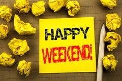 Texte d'écriture montrant le week-end de Heppy Concept d'affaires pour le message de week-end écrit sur le papier de note collant Photographie stock libre de droits