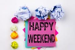 Texte d'écriture montrant le week-end heureux écrit sur la note collante dans le bureau avec des boules de papier de vis Concept  Photos stock