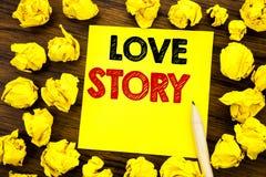 Texte d'écriture montrant Love Story Concept d'affaires pour aimer quelqu'un coeur écrit sur le papier de note collant, fond en b Image stock