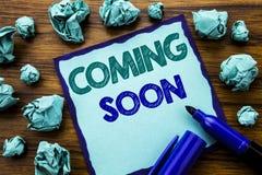 Texte d'écriture montrant venir bientôt Concept d'affaires pour l'avenir de message écrit sur le papier de note collant, fond en  Image libre de droits