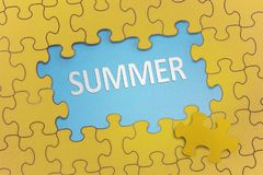 Texte d'été sur le puzzle jaune Photos libres de droits