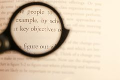 Texte d'étude d'affaires focalisé par la lentille avec le fond brouillé photographie stock