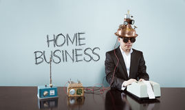 Texte d'affaires à la maison avec l'homme d'affaires de vintage au bureau image stock