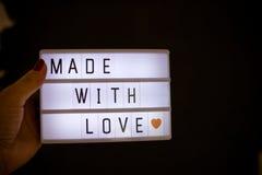 Texte d'amour écrit sur un caisson lumineux Lampe de nuit de caisson lumineux avec fait avec amour Peut être placé dans différent Photographie stock libre de droits