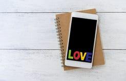 Texte d'amour au-dessus de smartphone Photos libres de droits