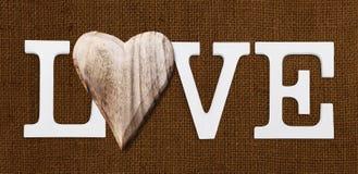 Texte d'amour avec le coeur en bois Photos stock