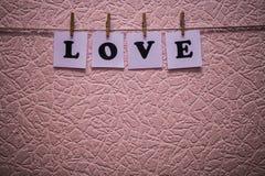 Texte d'amour sur des papiers avec des pinces à linge Photos libres de droits
