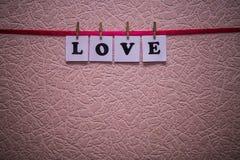 Texte d'amour sur des papiers avec des pinces à linge Image stock