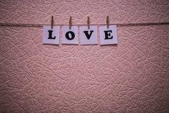 Texte d'amour sur des papiers avec des pinces à linge Images stock