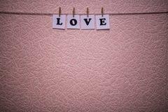 Texte d'amour sur des papiers avec des pinces à linge Photo libre de droits