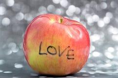 Texte d'amour sur la pomme rouge Photos stock