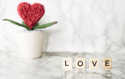 Texte d'amour sur le marbre avec la fleur de coeur Photo libre de droits