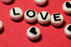 Texte d'amour sur le rouge images stock