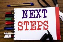 Texte d'annonce d'écriture montrant de prochaines étapes Concept d'affaires pour futur Golas et cible écrite sur le carnet, backg Photo libre de droits