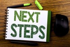Texte d'annonce d'écriture montrant de prochaines étapes Concept d'affaires pour futur Golas et cible écrite sur le papier de not Photographie stock
