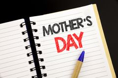 Texte d'annonce d'écriture montrant la fête des mères Concept d'affaires pour la célébration de salutations de maman écrite sur l Photos libres de droits