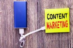 Texte d'annonce d'écriture montrant le marketing satisfait Concept d'affaires pour le plan de media en ligne écrit sur la note co Photos stock