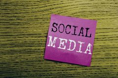 Texte d'annonce d'écriture montrant le media social Concept d'affaires pour le media social de la Communauté écrit sur le papier  Photos libres de droits