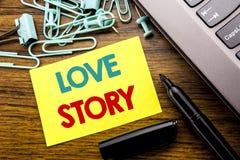 Texte d'annonce d'écriture montrant Love Story Concept d'affaires pour aimer quelqu'un coeur écrit sur le papier de note collant  Photographie stock libre de droits
