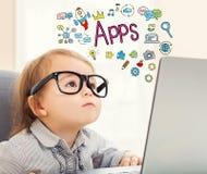 Texte d'Apps avec la fille d'enfant en bas âge Photos libres de droits