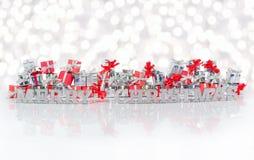 Texte d'argent de Joyeux Noël sur le fond des cadeaux Photo stock