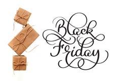 Texte de calligraphie de Black Friday sur le fond et les cadeaux blancs Main écrite image libre de droits