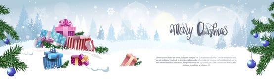 Texte de calligraphie de Joyeux Noël au-dessus de l'hiver Forest Background Horizontal Holiday Banner avec l'espace de copie Images stock