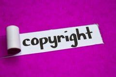 Texte de Copyright, concept d'inspiration, de motivation et d'affaires sur le papier déchiré pourpre photographie stock