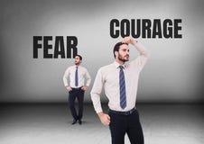 Texte de crainte ou de courage avec l'homme d'affaires regardant dans des directions opposées photographie stock
