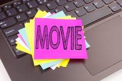 Texte de film d'écriture fait dans le plan rapproché de bureau sur le clavier d'ordinateur portable Concept d'affaires pour l'ate photo libre de droits