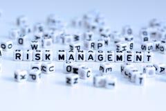 Texte de gestion des risques des lettres carrelées blanches Photo libre de droits