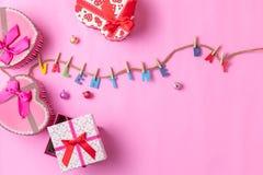 Texte de jour du ` s de Valentine avec le boîte-cadeau sur le fond rose Photo stock