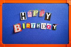 Texte de joyeux anniversaire goupillé à bord photos stock