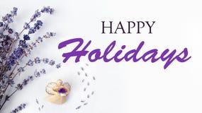 Texte de Joyeux Noël avec l'ange de Noël et lavande, composition sur une toile blanche rustique, fond pendant des vacances photos stock