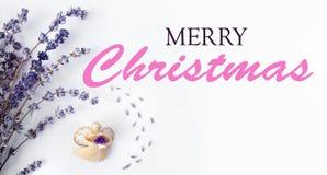 Texte de Joyeux Noël avec l'ange de Noël et lavande, composition sur une toile blanche rustique, fond pendant des vacances image libre de droits