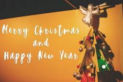 Texte de Joyeux Noël et de bonne année sur la forme en bois créative photographie stock