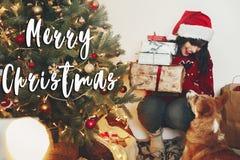 Texte de Joyeux Noël, salutations de saisons, femme heureuse dans Santa ha Image stock