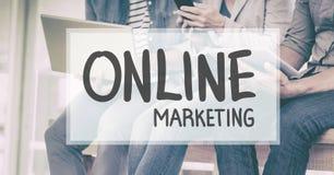 Texte de marketing en ligne contre des personnes s'asseyant à l'arrière-plan Photo libre de droits