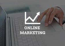 Texte de marketing en ligne contre la main sur l'ordinateur portable Image libre de droits