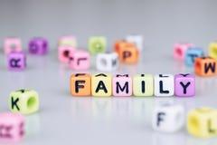 Texte de mot de famille écrit sur le cube coloré avec le mot b de cube en bokeh Image stock