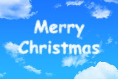 Texte de nuage de Joyeux Noël sur le ciel bleu photo libre de droits