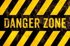Texte de panneau d'avertissement de zone dangereuse avec les rayures jaunes et noires peintes au-dessus du fond de texture de cim photo libre de droits