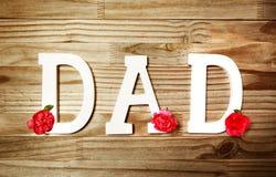 Texte de PAPA dans les lettres en bois blanches avec des fleurs Image stock